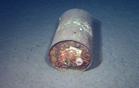 basura en el mar bidón